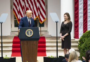 Amy Coney Barrett y Donald Trump.