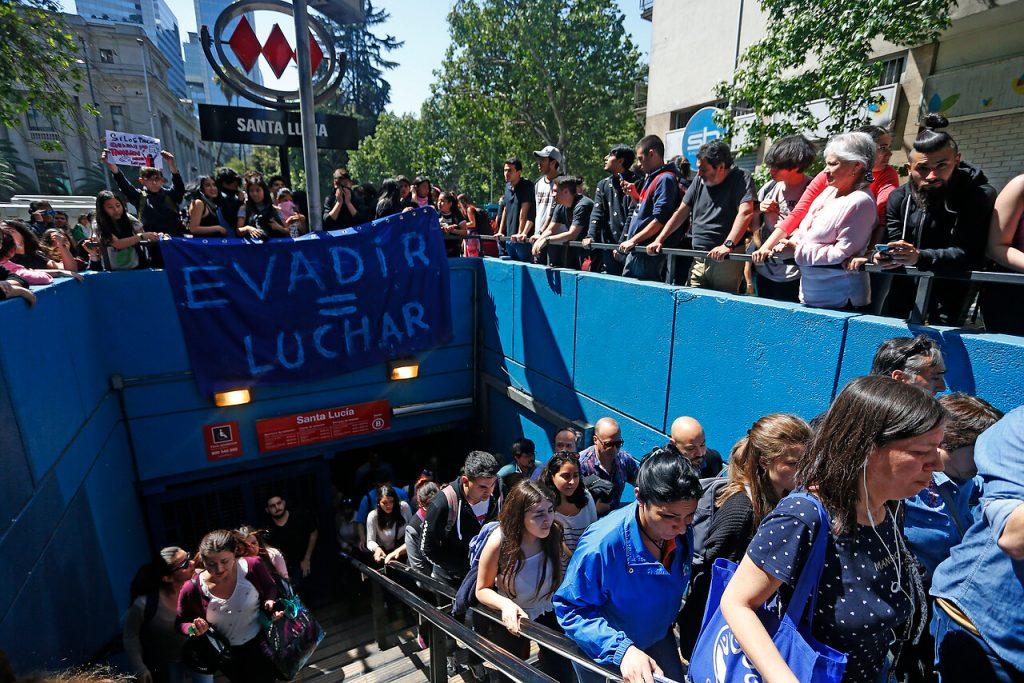 Metro de Santiago suspende su servicio en la Linea 1 por evasiones masivas. Foto: Agencia Uno.