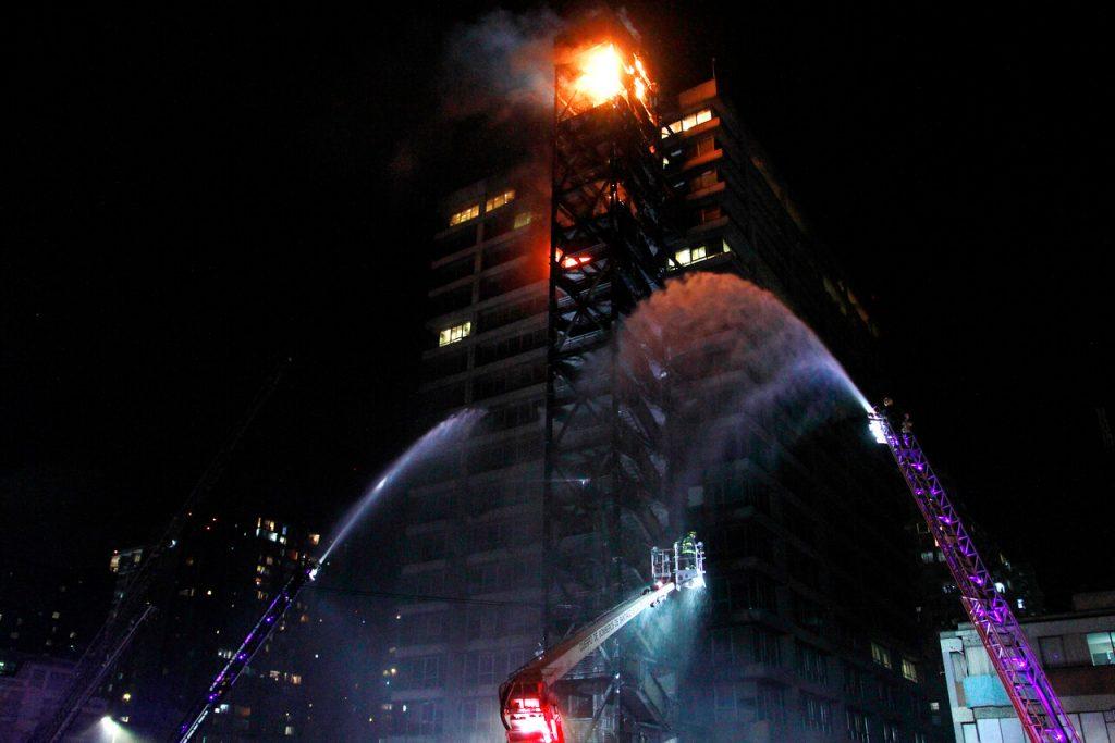 18 de Octubre de 2019/SANTIAGO Incendio afecta a edificio de Enel FOTO:MAURICIO MENDEZ/AGENCIAUNO