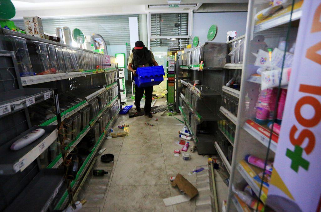 Santiago 19 de Octubre de 2019 Saqueo en farmacia CruzVerde en La Florida. Fotos: AgenciaUno.