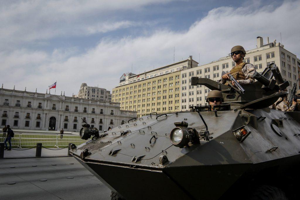 19 de octubre del 2019/SANTIAGO Tanquetas del ejército y helicópteros cougar que sobrevuelan la ciudad se lleva a cabo el estado de emergencia. FOTO: AGENCIAUNO.