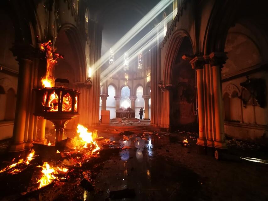 18 de octubre de 2020/SANTIAGO Imagen del interior de la iglesia de carabineros que resultó incendiada durante las manifestaciones en la conmemoración del Estallido Social. Foto: Agencia Uno.