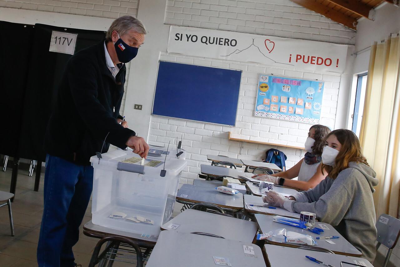 8.55 horas: José Antonio Kast Rist llega al colegio Sagrado Corazón de la Reina, en la comuna de La Reina, para realizar su sufragio en el marco del plebiscito 2020. Foto: Agencia Uno.