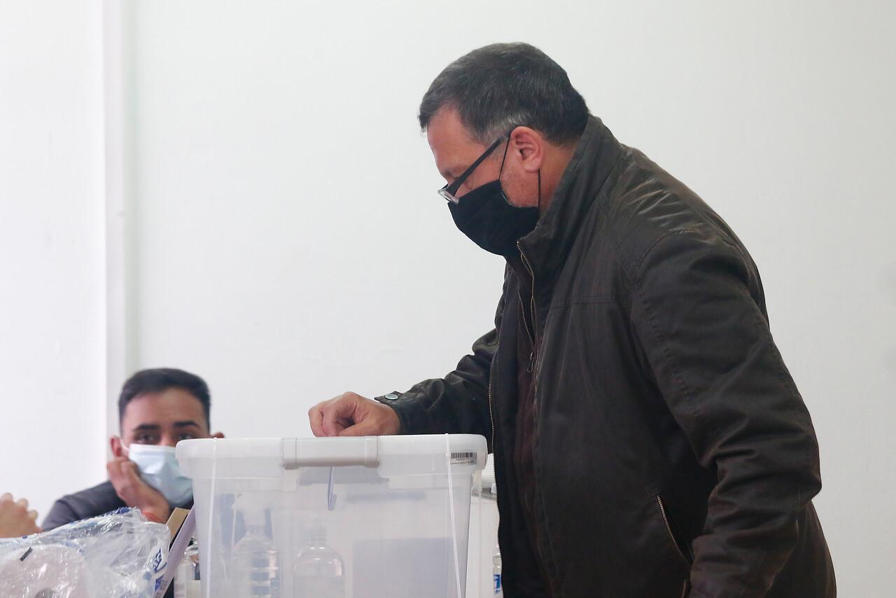 10.15 horas: El senador Ricardo Lagos Weber vota en la Escuela Blas Cuevas, en el marco del Plebiscito Constitucional. Foto: Agencia Uno.