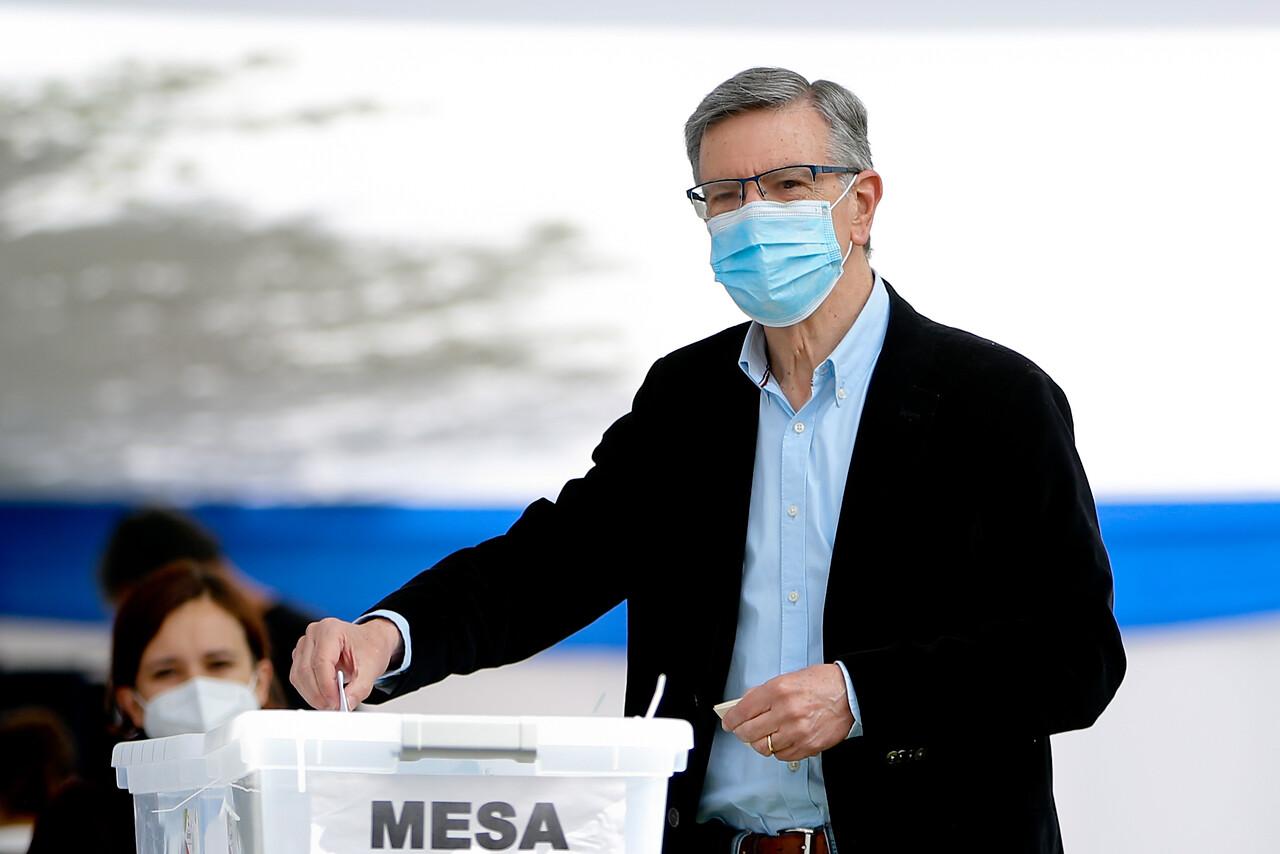 10.48 horas: Joaquín Lavín, llega al colegio San Francisco del Alba, en la comuna de Las Condes, para realizar su sufragio en el marco del plebiscito 2020.