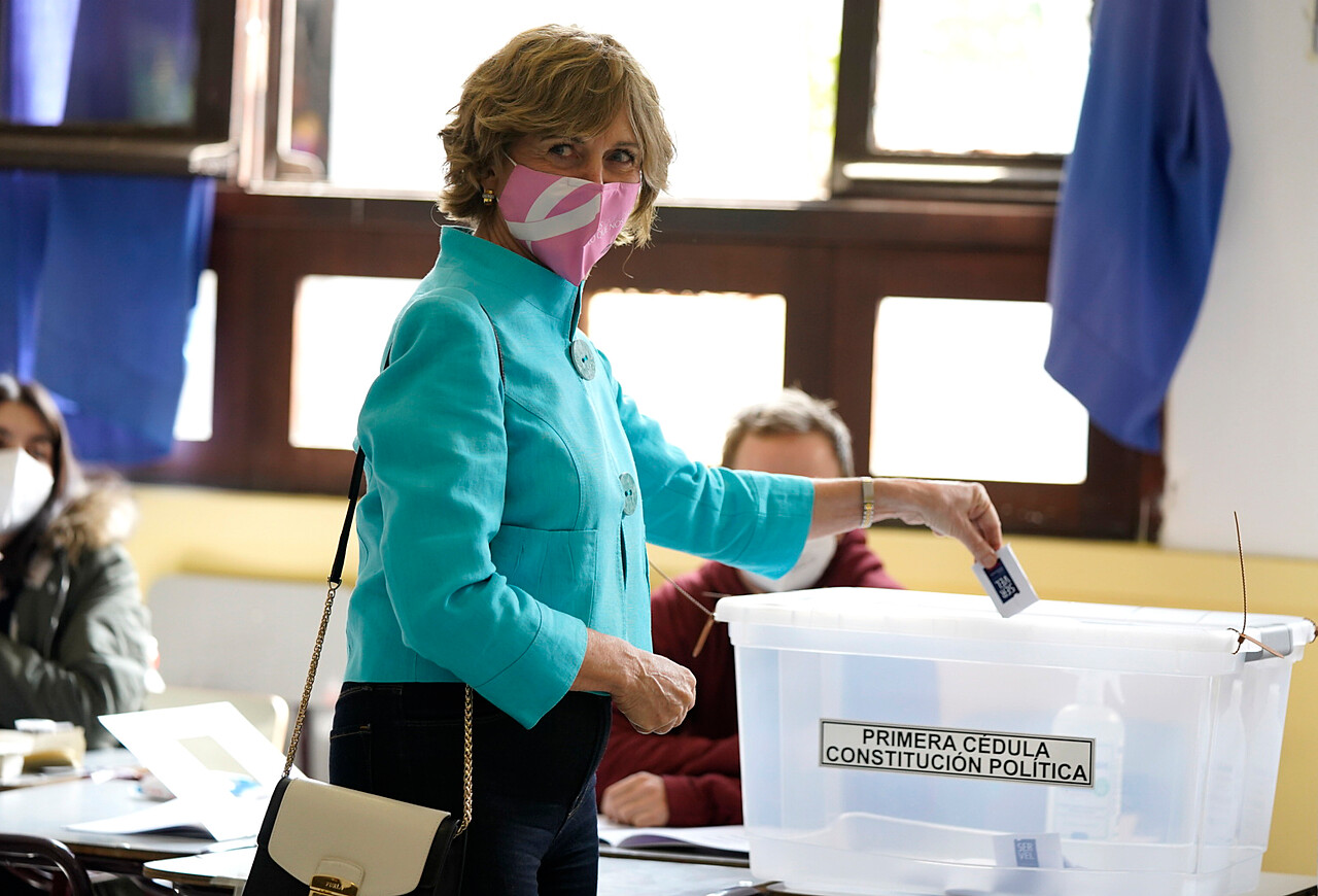 10.55 horas: La alcaldesa de Providencia, Evelyn Matthei, realiza su votación durante el plebiscito constitucional en el Colegio de los Sagrados Corazones Providencia. Foto: Agencia Uno.