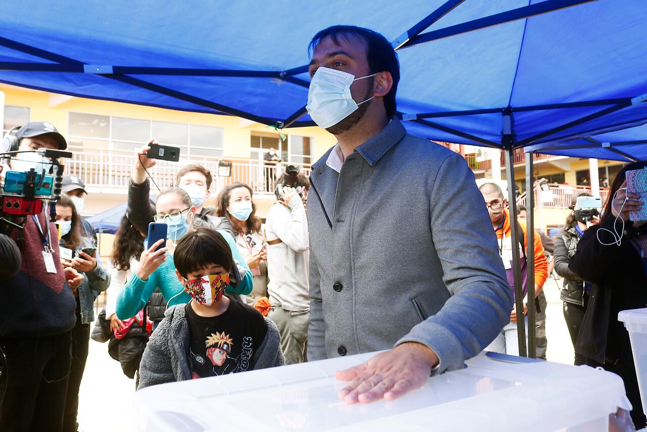 12:09 horas: Alcalde Jorge Sharp asiste a votar a Valparaíso. Foto: Agencia Uno.