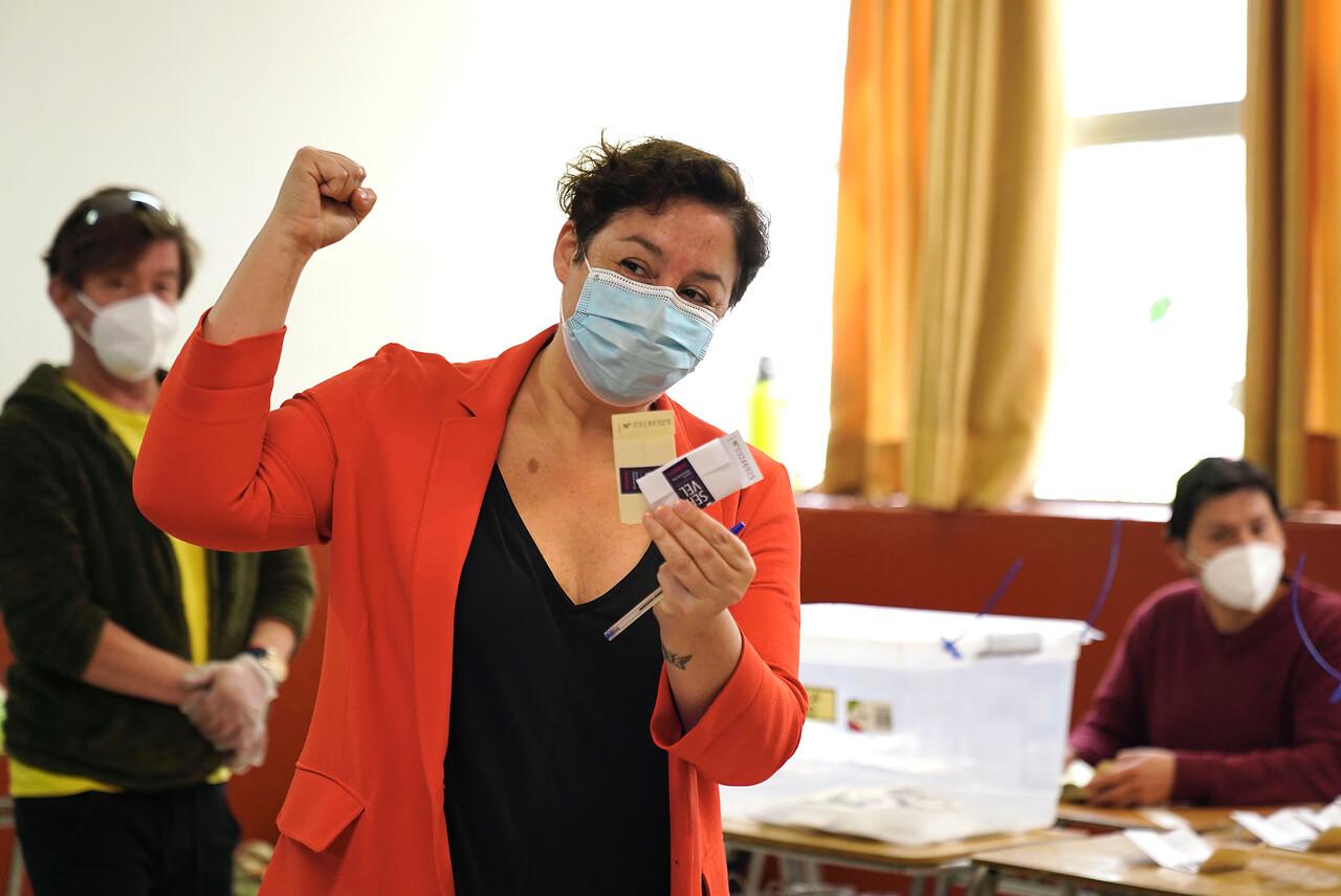 12.39 horas: Beatriz Sánchez concurre a votar al colegio Liceo José Toribio Medina de Ñuñoa durante el plebiscito constitucional en el Colegio de los Sagrados Corazones en Providencia. Foto: Agencia Uno.